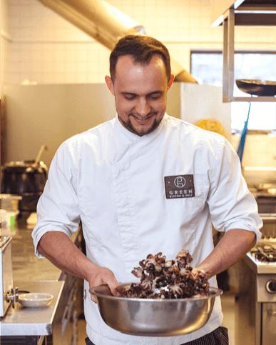 Honza je šéfkuchařem a zároveň spolumajitelem.